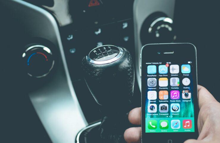 Congreso aprueba endurecimiento de multas y suspensión de licencia a conductores que manipulen un celular